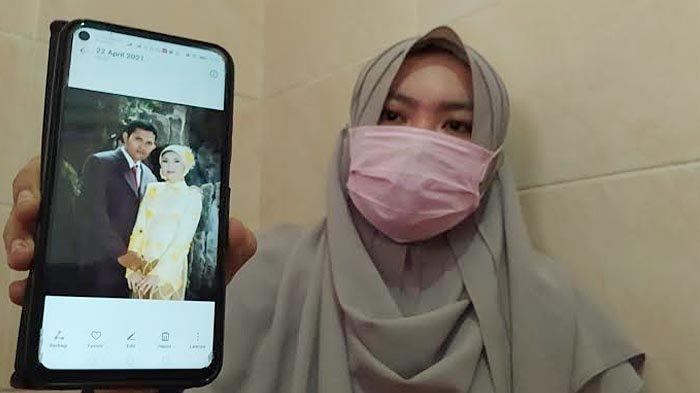 Berda Asmara, istri Serda Mes Guntur Ari Prasetyo menunjukkan foto saat bersama suaminya.