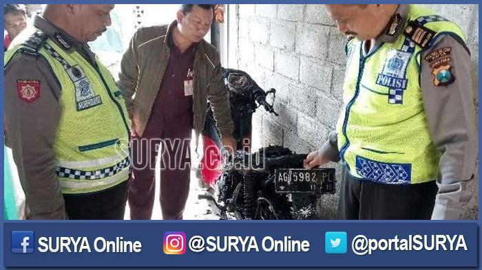 Dini Hari Motor Madona Dibakar di Teras Rumah, Pelakunya Terekam CCTV