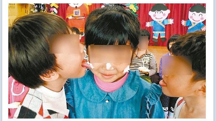 GALERI FOTO - Guru TK  Dikecam Gara-gara Membiarkan Murid Bermain Seperti ini