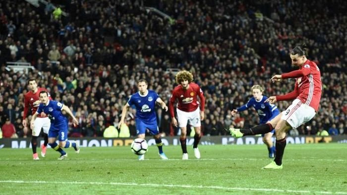 Tendangan Penalti Ibrahimovic Selamatkan Manchester United di Detik-detik Akhir