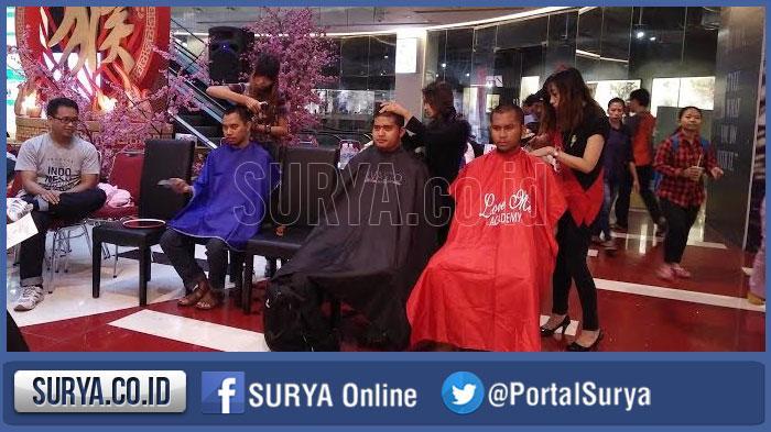 Banyak Orang Rela Cukur Gundul di Grand City Mall, Begini Tujuannya