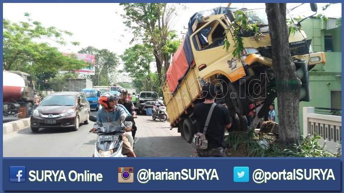 Truk 'Akrobat' Manjat Pohon di Jombang, Kata Warga : Sering Terjadi Keanehan di Sini!
