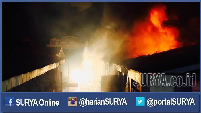 GALERI FOTO - Aksi Heroik Petugas PMK Surabaya saat Memadamkan Kobaran Api di Kompleks Pasar Atom