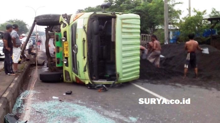 Truk Bermuatan Pasir Terguling di Jalur Pantura Pasuruan, Arus Lalu Lintas Lumpuh