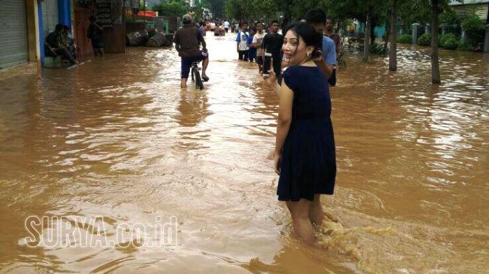 Nur Aini Wulandaru Saat Mendatangi Lokasi Banjir Di Desa Kedawung Kecamatan Grati Pasuruan