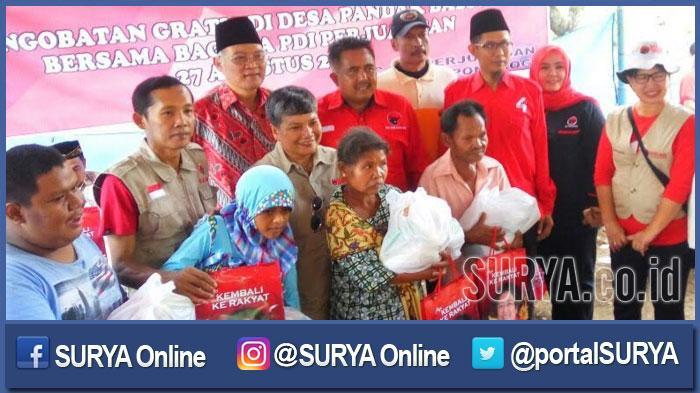 Sejumlah anggota DPR RI saat berkunjung ke Kampung Idiot di Ponorogo, Minggu (28/8/2016). Mereka dipimpin Ketua Umum Badan Penanggulangan Bencana (Baguna) PDI Perjuangan, Ribka Tjiptaning Proletariyati.