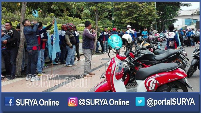 Buruh Mulai 'Serbu' Kantor Gubernur Jatim di Jalan Pahlawan Surabaya