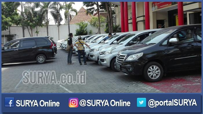 Puluhan mobil hasil penggelapan terparkir di halaman Satreskrim Polrestabes Surabaya, Kamis (3/11/2016).
