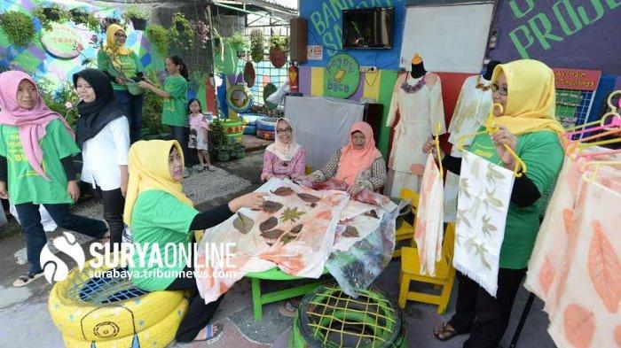 Warga RT 4 RW 1 Jetis Wetan Margorejo Surabaya Kembangkan Kreasi Ecoprint dengan Manfaatkan Dedaunan