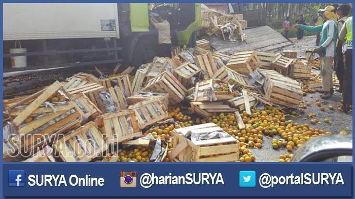 Warga Berebut, Kapolres Tuban Sibuk Bersihkan Ceceran Jeruk yang Tumpah di Jalan