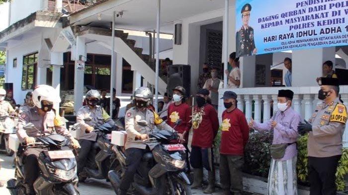 Hindari Kerumunan, Bhabinkamtibmas Bantu Polres Kediri Kota Bagikan Daging Kurban ke Rumah Warga