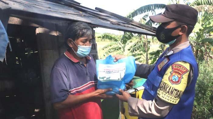 Bantu Masyarakat Terdampak Pandemi, Bhabinkamtibmas Polres GresikDoor to Door Bagikan Daging Kurban