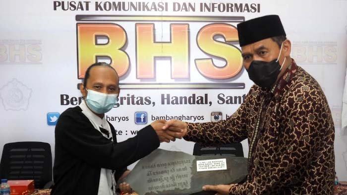 Peduli terhadap Budaya Jawa, BHS Terima Prasasti dari Paguyupan Pelestari dan Peduli Aksara Jawa