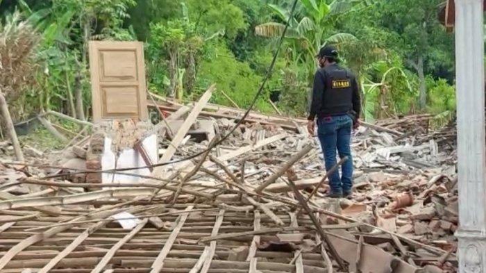 Puluhan rumah warga di Dusun Macanputih, Desa Pekangkungan, Kecamatan Gondangwetan rusak akibat ledakan bondet.