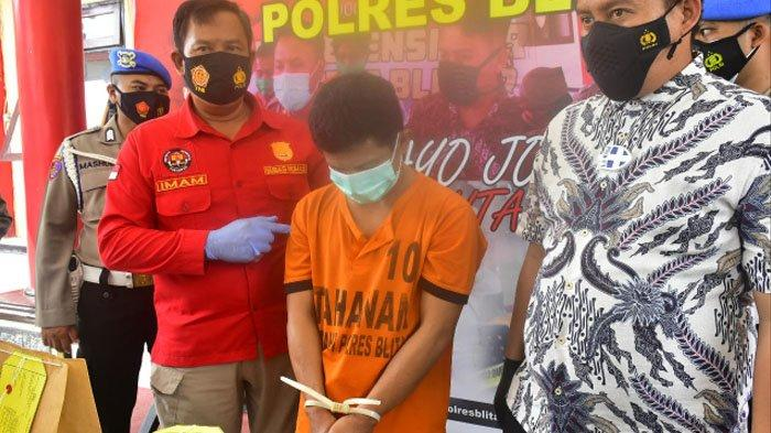 Pelaku dengan tangan terborgol diperlihatkan polisi di Mapolres Blitar.