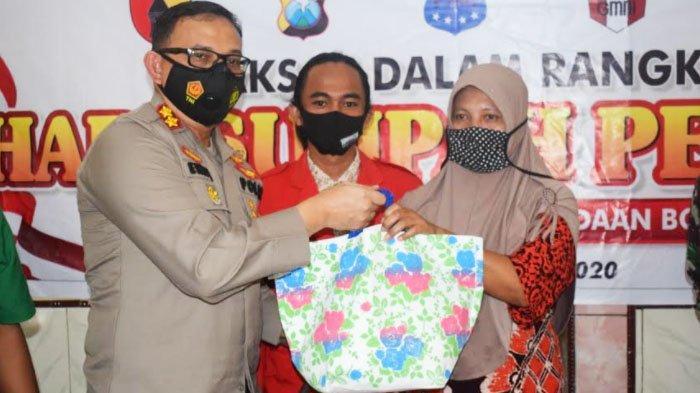 Peringati Sumpah Pemuda, Polres Bondowoso bersama TNI Bagi-bagi Paket Sembako kepada Masyarakat