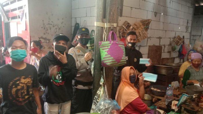 Bonek Bagi-bagi Masker dalam Aksi #WANIMASKERAN, Sasar Pedagang Pasar Asemrowo Surabaya