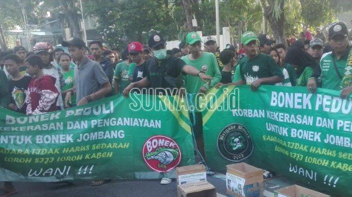 Ratusan Bonek bersama Kapolrestabes Surabaya Bagikan Takjil kepada Pengguna Jalan