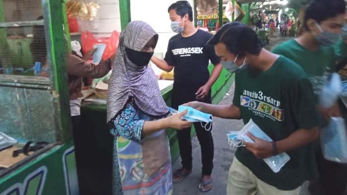 Gerakan Satu Juta Masker untuk Surabaya Hijau, Bonek Tenggilis Surabaya Bagi 5.000 Masker di Pasar