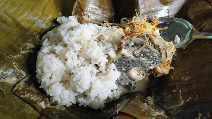 Botok ikan laut yang dijual di Warung Botok Wono Lestari di Desa Karanggandu, Kecamatan Watulimo, Kabupaten Trenggalek, Sabtu (19/6/2021).