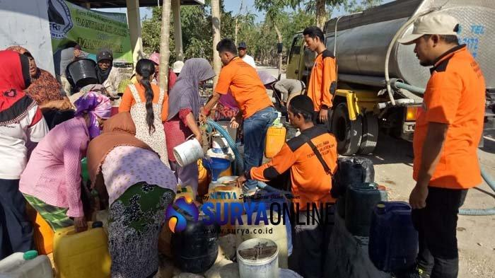 BPBD dan FRBP Pamekasan Beri Bantuan 8 Ribu Liter Air Bersih ke Warga Desa Larangan Tokol