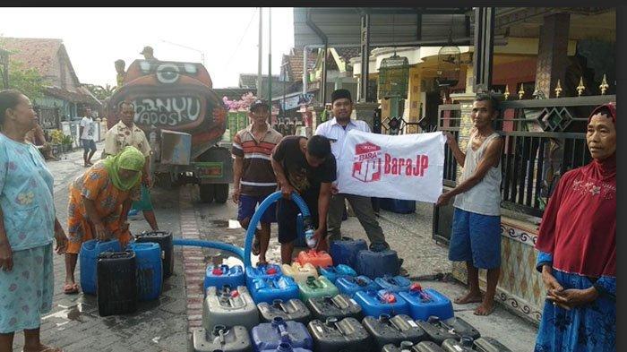 Relawan Jokowi di Gresik Salurkan Air Bersih untuk Warga Terdampak Kekeringan di Kecamatan Benjeng