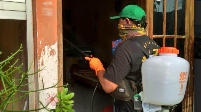 Perangi Corona, Komunitas Brigade Bonek Semprot Disinfektan di Manyar Sabrangan Surabaya
