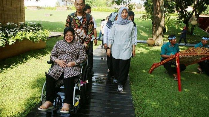 """Wali Kota Surabaya Tri Rismaharini Bersantai di """"Bukit Teletubbies"""" Banyuwangi"""