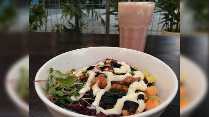 Buah dan sayur dalam semangkuk Poke atau nasi campur Hawaii ala Kafe Tengah Kota Surabaya.