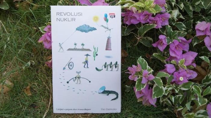 Buku kumpulan cerpen Revolusi Nuklir karya Eko Darmoko.
