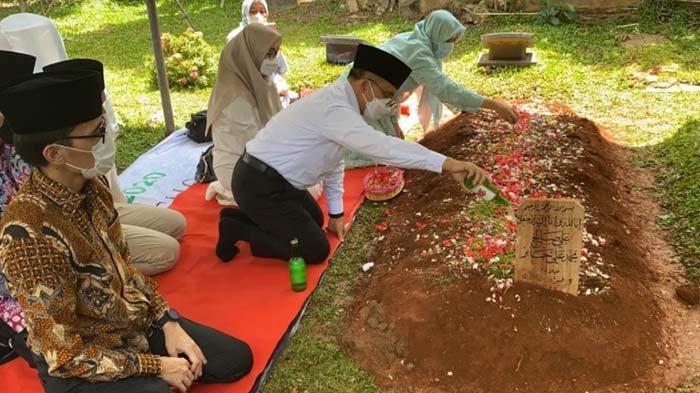 Bupati Banyuwangi Ziarah ke Makam Syekh Ali Jaber, Anas: 'Beliau Sosok yang Dibutuhkan Umat'