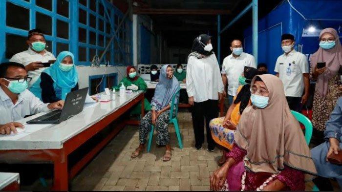 Jemput Bola Vaksinasi hingga Adminduk, Bupati Banyuwangi Camping di Perkebunan
