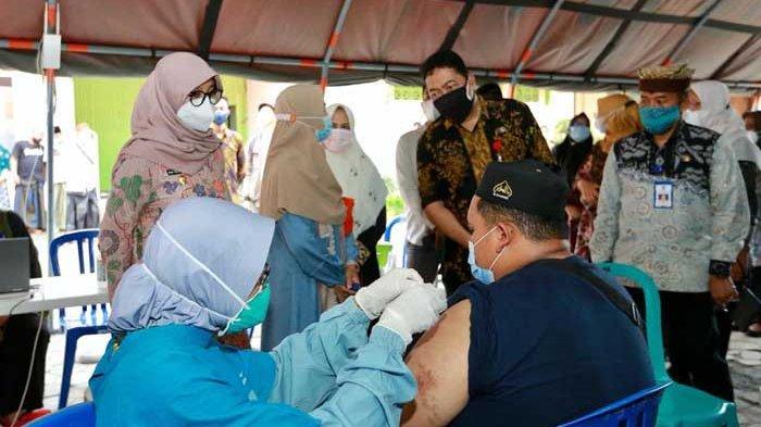 Ribuan Santri di Banyuwangi Mulai Divaksinasi Covid-19