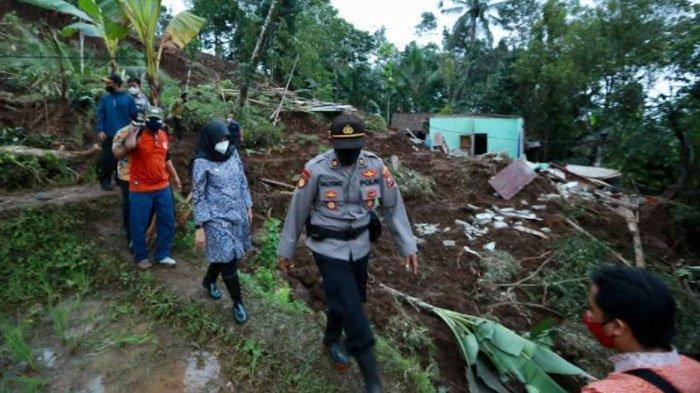 Bupati Ipuk Temui dan Beri Bantuan Keluarga Korban Longsor di Desa Pakel Banyuwangi