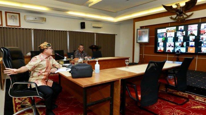 Rapat Online dengan Seluruh Kades di Banyuwangi, Bupati Anas: Ayo Gotong Royong Cegah Covid-19