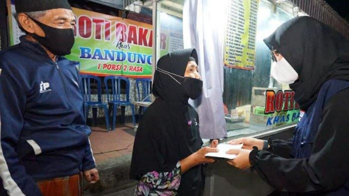 PPKM Darurat, Bupati Banyuwangi Bagi-Bagi Rp 300.000 untuk PKL dan Warung Kecil