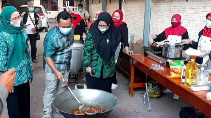 Rumah Dinas Bupati Gresik Jadi Dapur Umum, Ratusan Makanan Dibagi kepada Warga Terdampak Pandemi