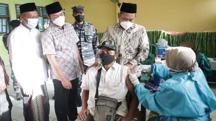 Gresik PPKM Level 1, Bupati Gus Yani Tetap Beri Semangat Vaksinasi di Pondok Pesantren