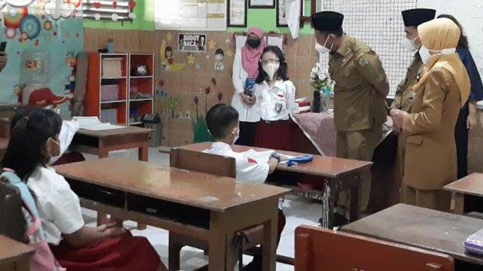 PTM di Kabupaten Gresik, Sehari Hanya Diikuti 3 Kelas dengan Jumlah Siswa Separo