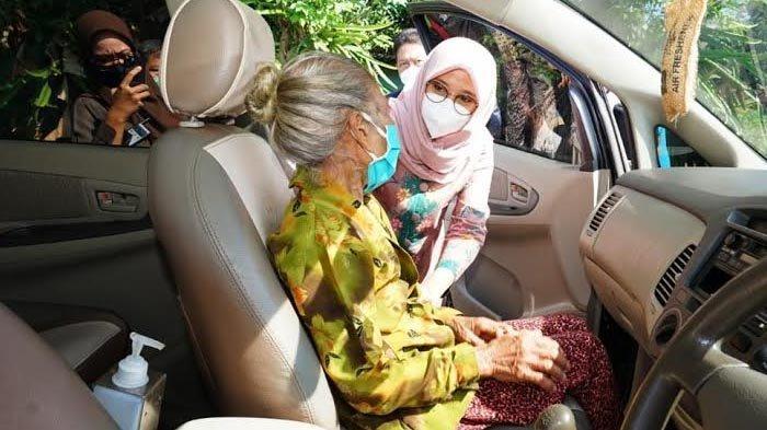 Dijemput Bupati Banyuwangi untuk Vaksin Covid-19, Nenek Misnah Grogi Ketinggalan KTP