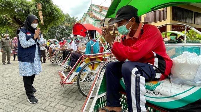 PPKM Darurat, Bupati Banyuwangi Bagikan Ribuan Paket Sembako ke Karyawan, PKL dan Pengemudi Becak