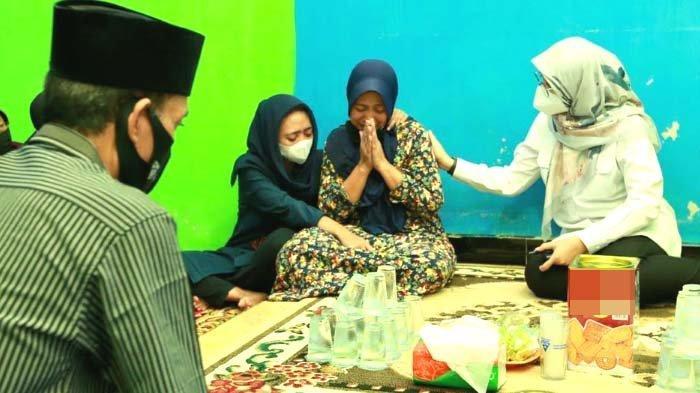 Curhatan Ibunda Korban KMP Yunicee saat Bupati Ipuk Takziyah: Tak Biasanya Niken Cium Pipi Saya