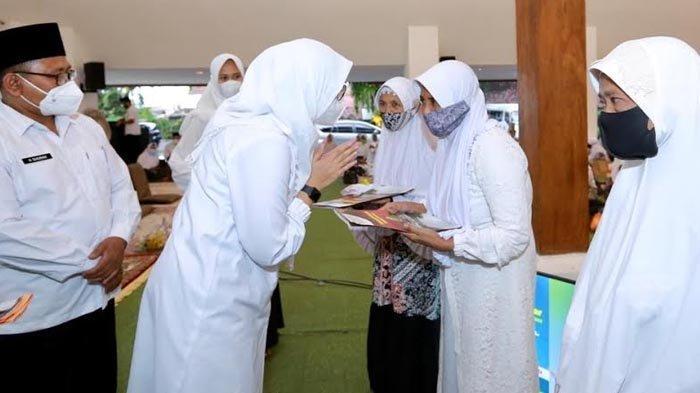 Peringati Nuzulul Quran, Bupati Ipuk Beri Bantuan Usaha Produktif untuk Hafidzah