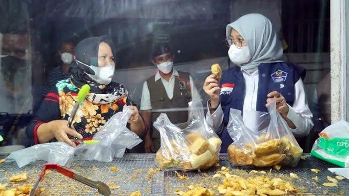PPKM Diperpanjang, Bupati Ipuk Kembali Bagikan Uang Rp 300.000 untuk Para PKL dan Warung Kecil
