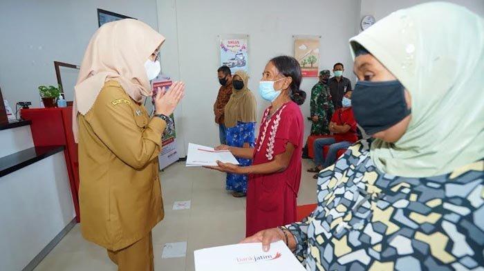 Bantuan Pemprov untuk 5.000 Warga Banyuwangi Cair, Bupati Ipuk: Terima Kasih Gubernur Jatim