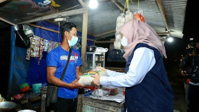 Pantau PPKM Darurat dan Bagikan Sembako, Satgas di Banyuwangi Diwajibkan Humanis