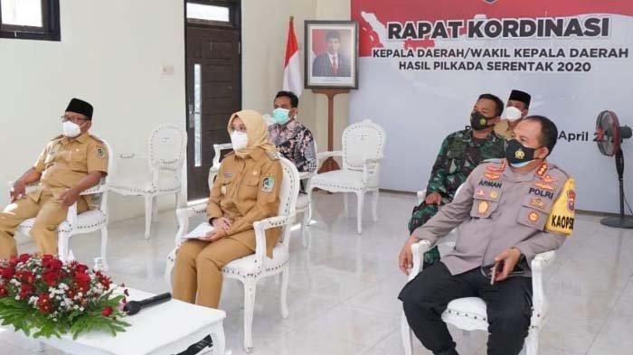 Bupati Ipuk Ikuti bersama Forkopimda Banyuwangi Arahan Jokowi dari Balai Desa Siliragung