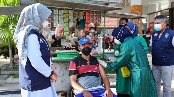 Pacu Vaksinasi PKL dan Warung Kecil di Banyuwangi, Bupati Ipuk: Badan Sehat Ekonomi Pulih