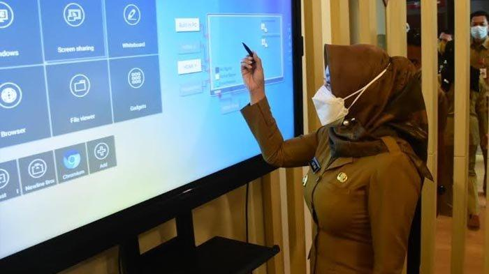 Bupati Mojokerto, Ikfina Fahmawati meresmikan ruang digital center Dinas Komunikasi dan Informatika (Diskominfo) Kabupaten Mojokerto, Senin (21/6/2021).
