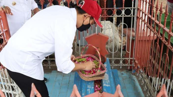 Peringati Hari Buruh 2021, Bupati Nganjuk Tabur Bunga di Makam Marsinah, Tetap Dibuka untuk Peziarah